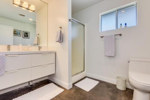 Split Guest Bath  // Emily Wertz, Realtor // JustClickYourHeels.com